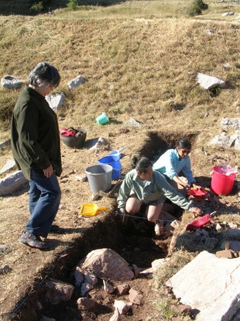 Fig. 6: Anastasia Panagiotopoulou checking in with Christina Gieske and Maya Gupta in Trench H, inside the xenon.