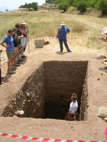 Fig. 18: Trench Tours! Sarah Ward and Emily Graff explain their work in Trench E.