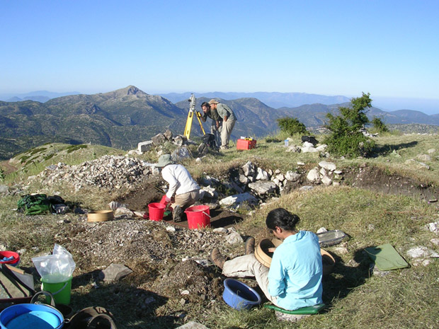 Fig. 2: Maya Gupta, Alexis Belis, Arvey Basa and Alex Lessie working in Trench Z at the altar.